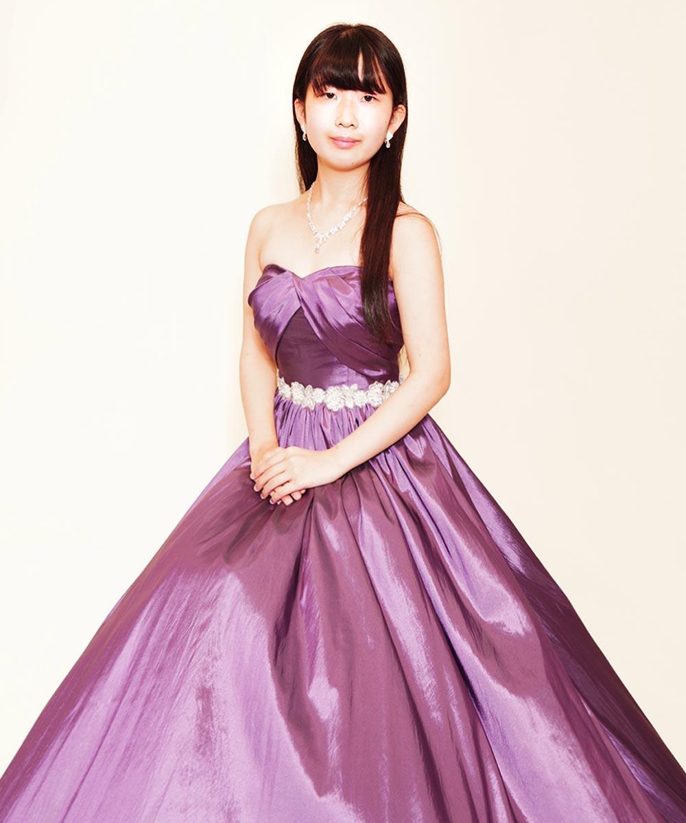 パープルのカラードレスをお買い求め頂く際に撮影された演奏家のお客様のプロフィール写真