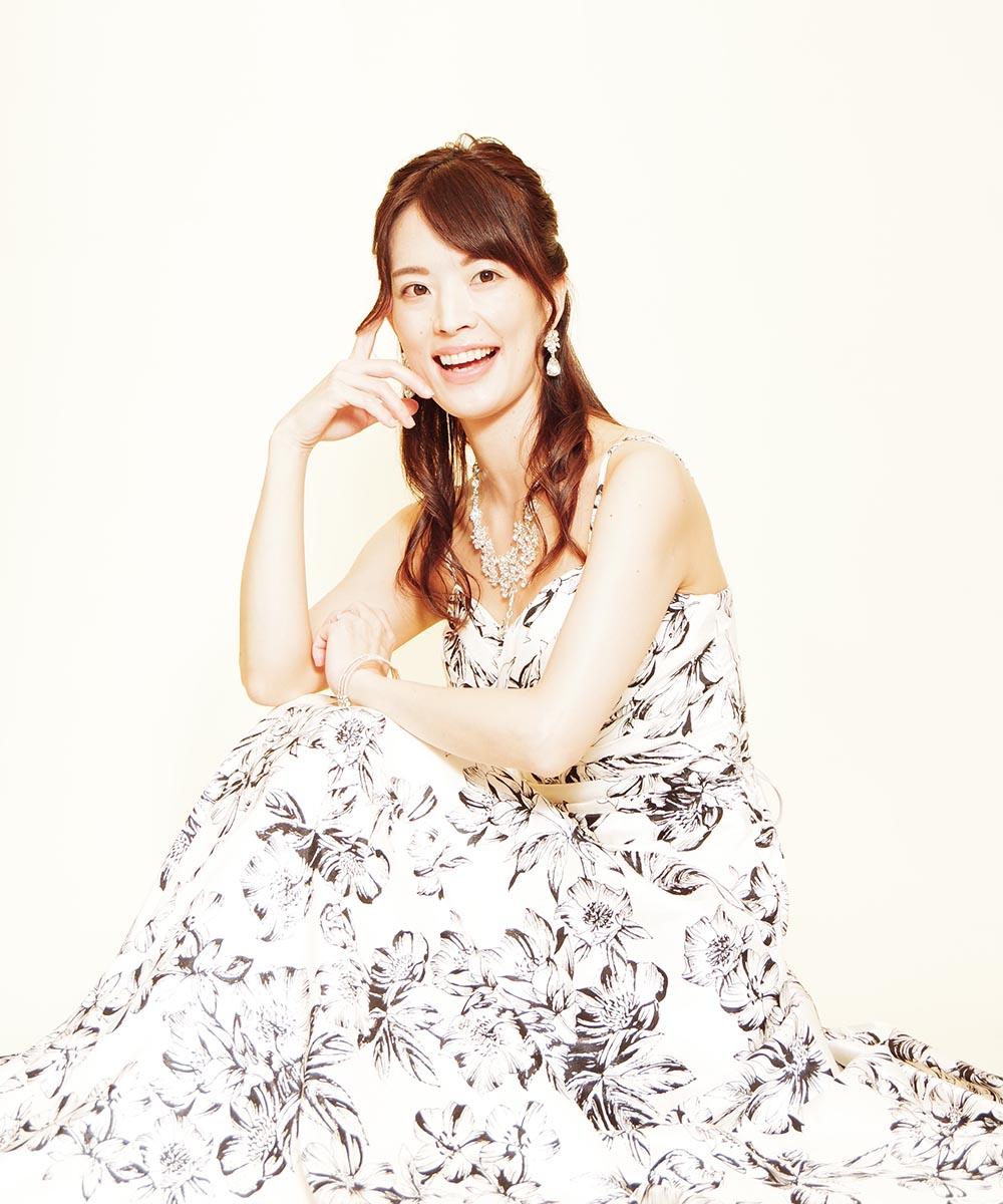 モノトーンドレスを身にまとった、ポージングがとてもお上手な音楽家のお客様のプロフィール写真
