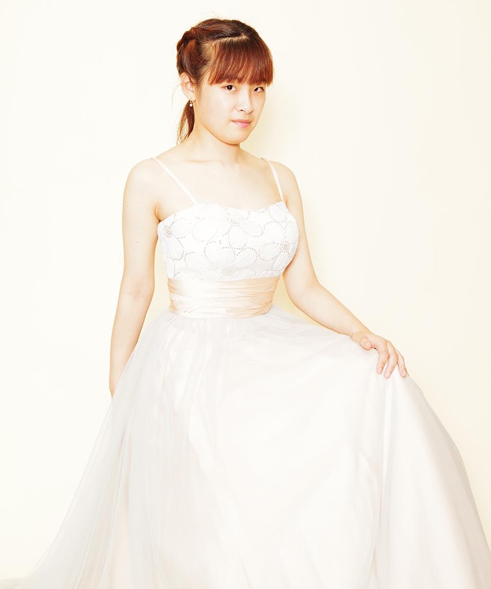 お姫様のようなソフトパステルブルーのドレスを購入頂いてから撮影を行った音楽家のお客様の宣材写真