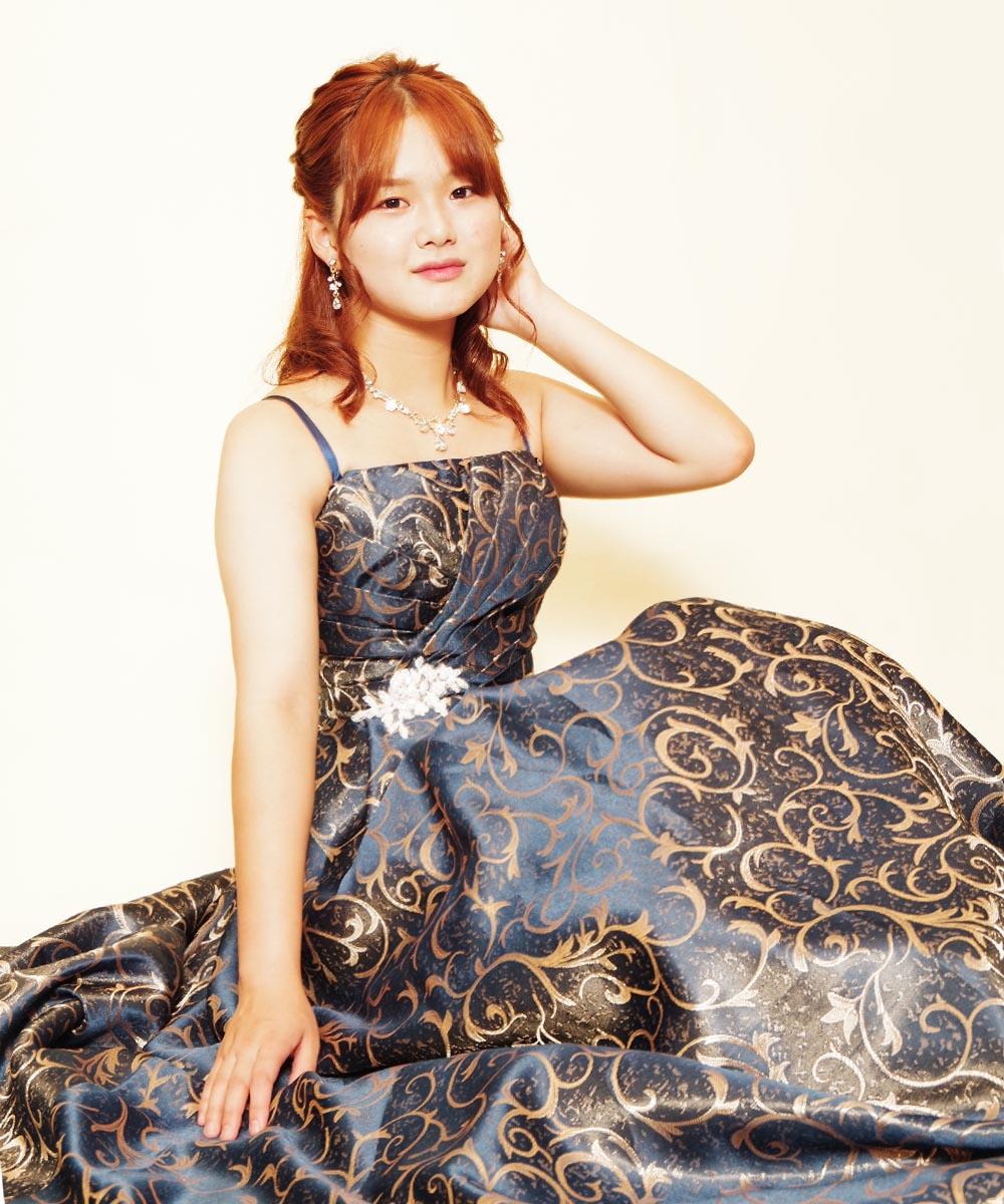 光沢ネイビージャガードドレスをレンタル頂いた演奏家のお客様のプロフィール写真