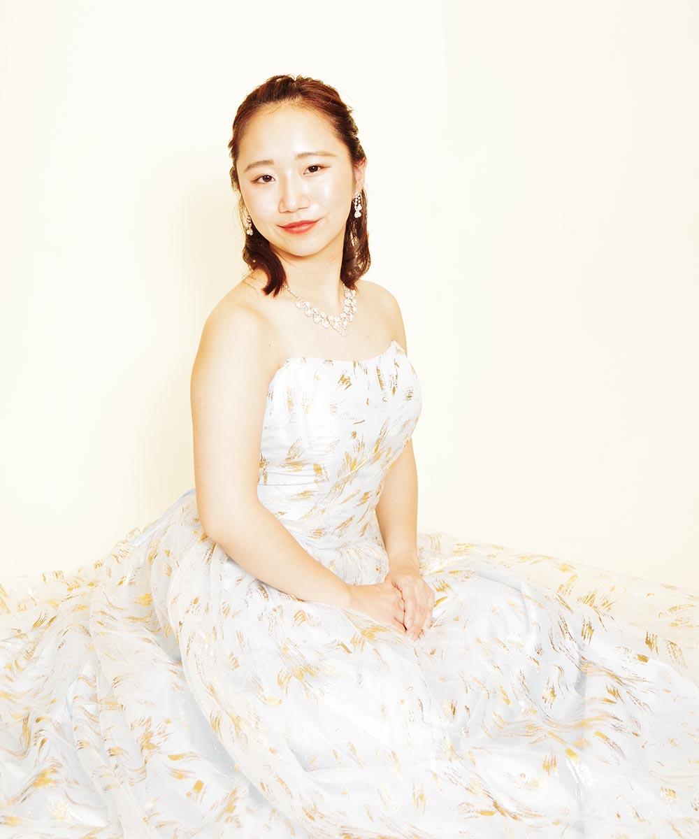 爽やかなスカイブルーとゴールドの色合いが美しいドレスをレンタルされた音楽家のお客様のコンサート用のお写真