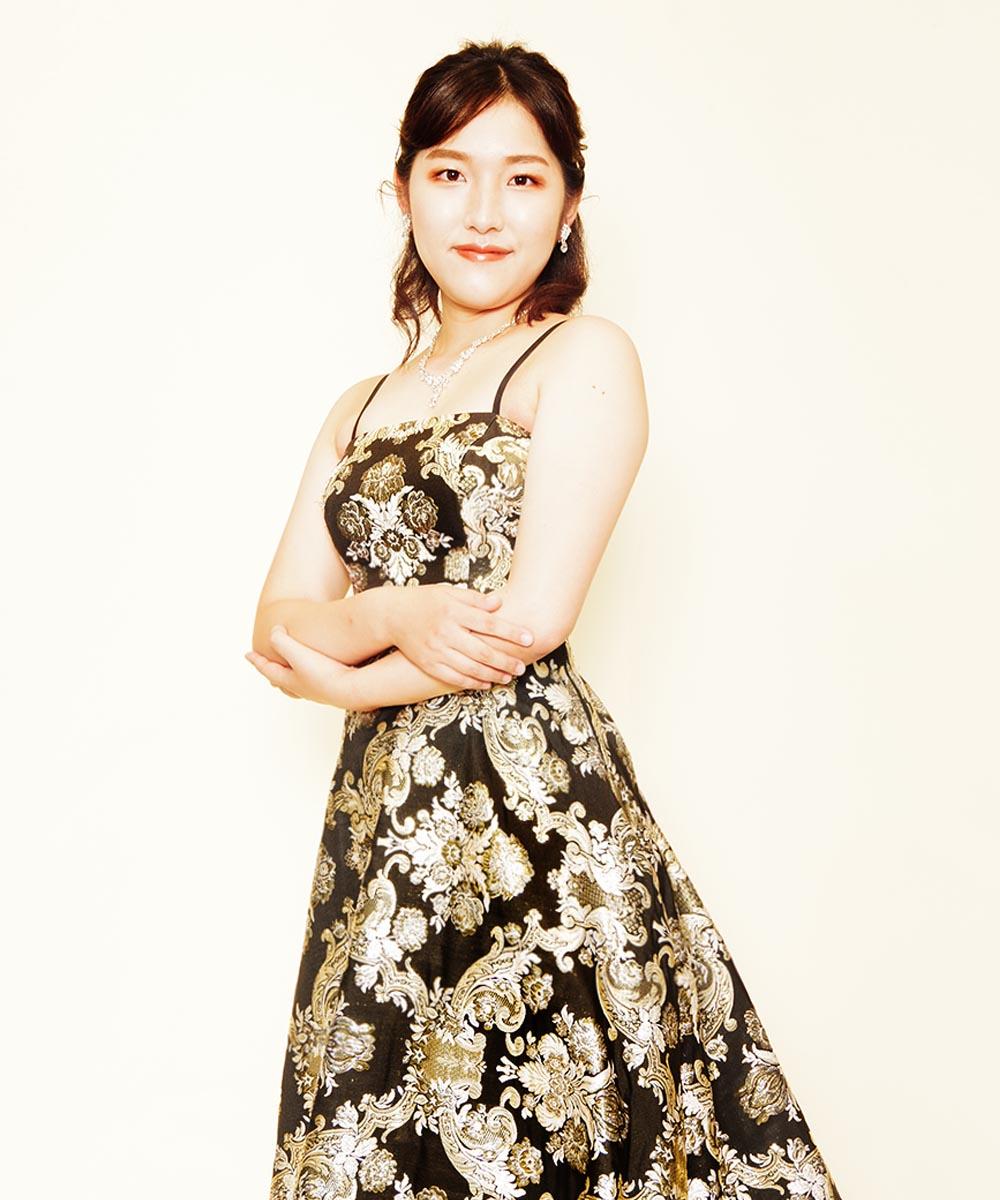 カッコいい大人の雰囲気のゴールドブラックのドレスを着用された演奏家のお客様の宣材写真