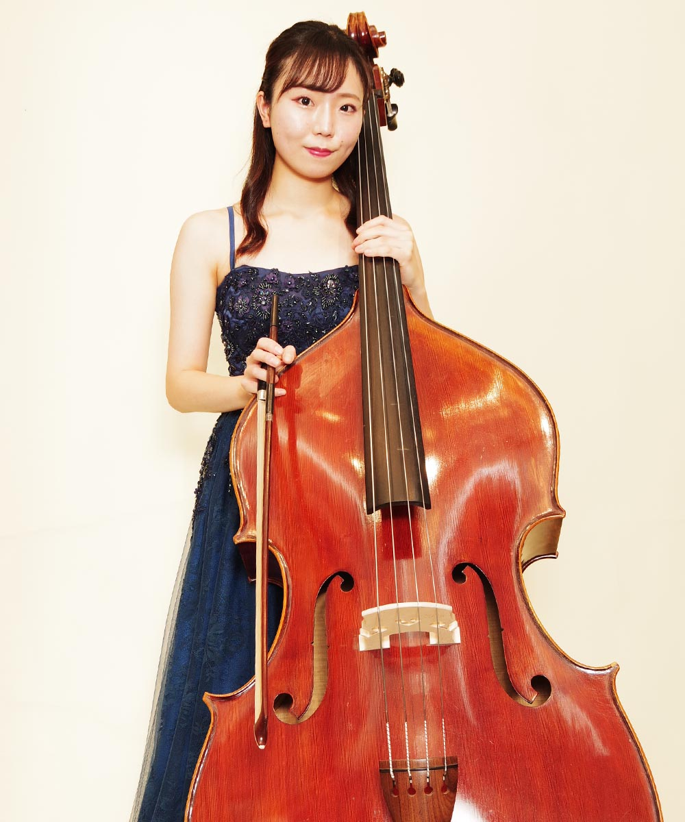 コントラバス奏者のお客様のネイビードレスをカッコよく着こなした演奏会用宣材写真